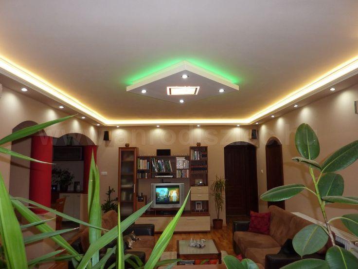 Meleg fehér LED szalag az oldalfalon kialakított gipszkarton párkányban; valamint színváltós RGB szalag a középponti szigetben.