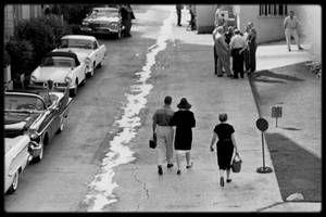 """1958 / SUR LE TOURNAGE DU FILM """"SOME LIKE IT HOT"""" / Peu de temps après l'arrivée d'Arthur, Marilyn apprit qu'elle était enceinte. MILLER annonça à Billy WILDER que Marilyn était enceinte et lui demanda de la ménager et de la laisser quitter le plateau tous les jours à 16 heures 30. WILDER ne prit pas la chose très bien :  « Ecoutez, Arthur, il est actuellement 16 heures et je n'ai aucune prise. Elle est arrivée sur le tournage sur le coup de 11 heures 30. Il a fallu attendre 13 heures pour…"""