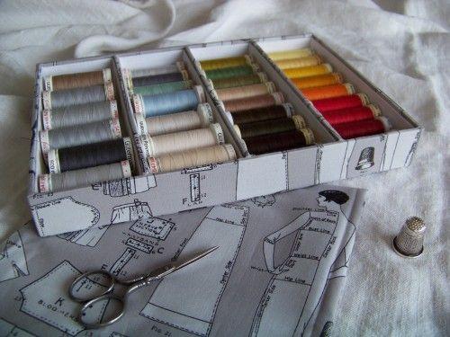 Mes bobines de fils sont rangées dans un grand panier dans mon atelier, mais quand je cherche une couleur, je suis obligée de tout retourner pour la trouver. Un rangement différent s'imposait. J'ai donc confectionné un casier adapté à la taille de mes...