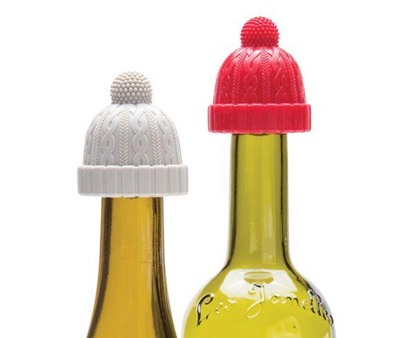 Beanie di Monkey Business è un set di 2 tappi in silicone a forma di cappellino di lana, in rosso e grigio chiaro. Sono divertenti decori per sigillare le bottiglie di vino avanzate dopo una cena! www.lifestylehomedecor.it