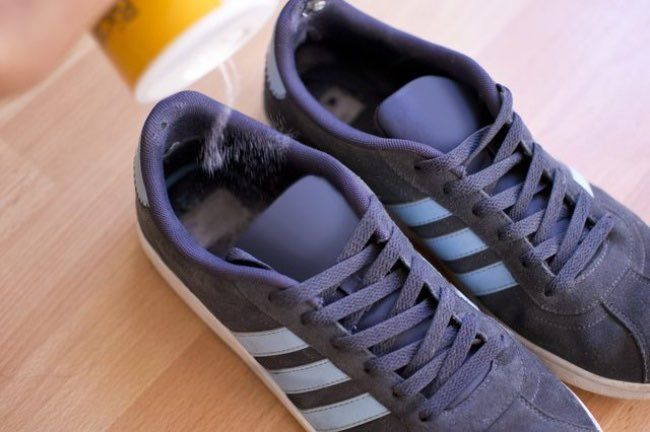 Se débarrasser des mauvaises odeurs des chaussures Le sel peut aider à éliminer les mauvaises odeurs de ces chaussures malodorantes. Comment faire ? En mettant des sacs en tissu remplis de sel dans vos chaussures, vous verrez qu'elles sentiront mieux après quelques heures. Vous pouvez aussi saupoudrer du sel dans vos chaussures et les secouer après, ça marche aussi !