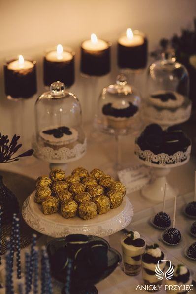 15. Navy Gold Wedding | Sweet table | Sweet table decor | Sweetness | Cupcakes | Dessert shooters | Chocolates | Macaroons / Granatowo - złote wesele | Słodki stół | Dekoracja słodkiego stołu | Słodkości | Muffiny | Deserki | Czekoladki | Makaroniki | Anioły Przyjęć
