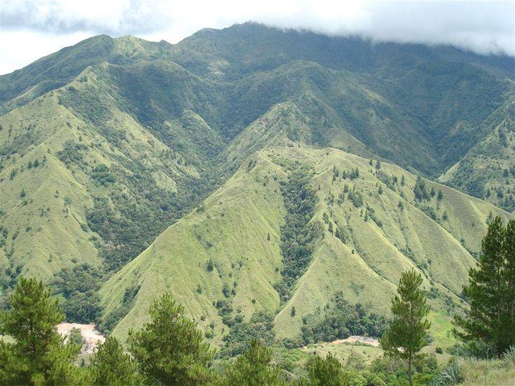 Puncak Lakawan, erotische berg op de route van Sengkang naar Toraja land op Sulawesi.