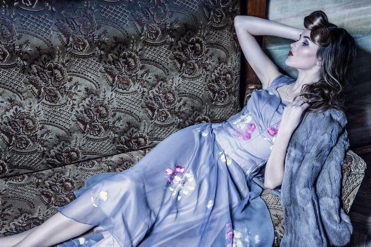 """Na konci dekády se silueta proměnila, a to hlavně díky návrháři Christianu Diorovi a novému stylu """"new look"""", ke kterému patřila objemná, dole velmi široká sukně do půli lýtek se spodničkou a živůtek s úzkým pasem. Z té doby pocházejí i večerní šaty ušité z ručně malovaného hedvábí. """"Živůtek je vypasovaný a podšitý bavlněnou látkou, nosil se pod něj korzet. Bohatou kolovou sukni doplňovala tylová spodnička,"""" říká Ivana, která model doplnila ještě pláštěnkou ze sibiřské veverky."""