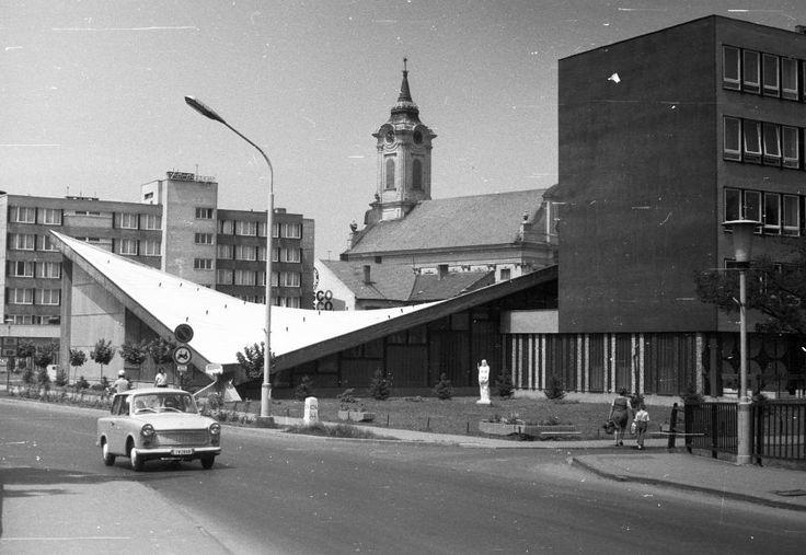 Széchenyi utca - Derkovits sor sarok, balra a Körös Hotel, szemben az evangélikus Nagytemplom.