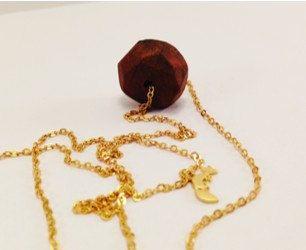 Süße Halskette mit geometrischer Holzperle aus Nussholz und kleinem Fuchs Charm, Foxy, Holz von JoyMadebySahraJoy auf Etsy