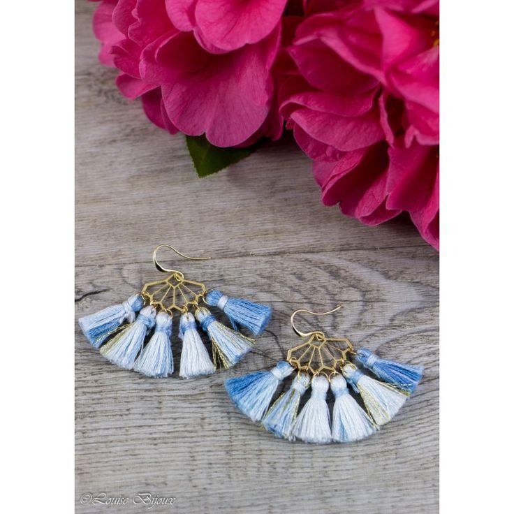 """Boucles d'oreilles POMPON GIRL composés d'une estampe """"éventail"""" et de pompons de couleur bleue. L'ensemble est monté sur un crochet type """"hameçon""""."""