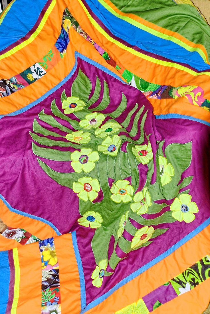 Appliques de fleurs et patchwork sur drap turquoise