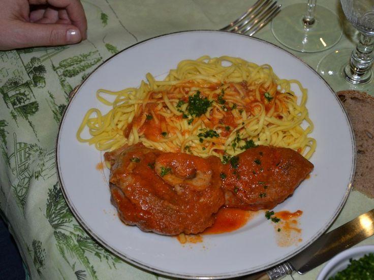 veau, oignon, carotte, céleri, tomate pelée, concentré de tomate, Huile d'olive, farine, Poivre, Sel, feuille de laurier, vin blanc...