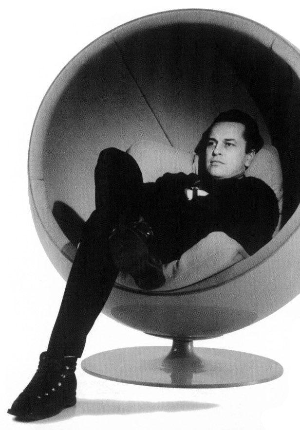 Eero Aarnio, designer finlandais. Eero Aarnio est l'une des grandes figures design finlandais des années 1960. Il est célèbre pour avoir créé la Ball Chair (1963-1965). Bien qu'il soit dans le mouvement du Pop-Design, il refuse le concept de mobilier éphémère. http://www.eero-aarnio.com/46/Faits.htm https://www.google.fr/#q=Eero+Aarnio%2C+designer+finlandais.+