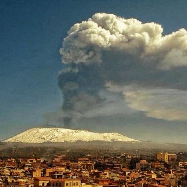 Etna, il cuore pulsante della Sicilia e la rappresentazione naturale del carattere dei Siciliani; esplosivi e calorosi ;-) scusate se sono di parte...