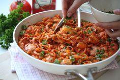 Deze romige pasta met garnalen is een simpel en vooral snelle maaltijd die de gehele familie erg lekker gaat vinden! De romige tomatensaus met de lekkere kruiden gaan ervoor zorgen dat deze maaltij…