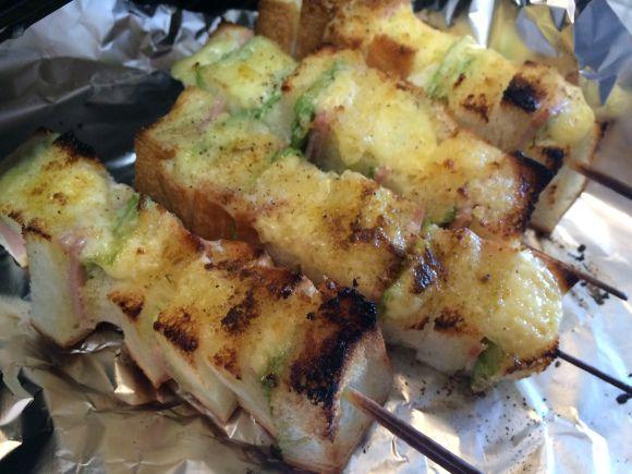 【簡単レシピ】「串焼きサンドイッチ」は焼けたクリームチーズとスパイスが香って絶品! サンドイッチの弱点も解消してくれるのです! | Pouch[ポーチ]