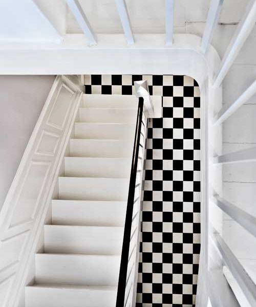 La maison d'Anna G. | de tegels liggen op de vloer: maar als je niet goed kijkt lijkt het of de trap naar boven gaat en de tegels op de wand zitten :-)
