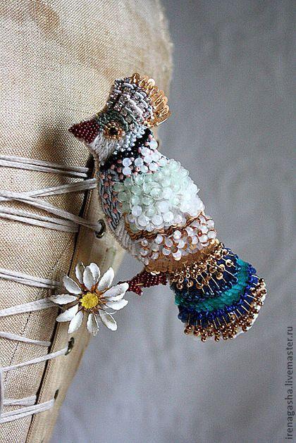 Брошь В13038. Яркая заморская птичка, присевшая на ромашку. Ромашка металлическая, антикварная. В ручной вышивке кристаллы Сваровски, хрустальные бусины, бисер, пайетки и разные нити для вышивания.