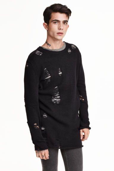 Camisola em malha fina : Camisola comprida em malha de algodão com pormenores de muito desgaste. Modelo com mangas compridas e orlas enroladas na base e nas mangas.