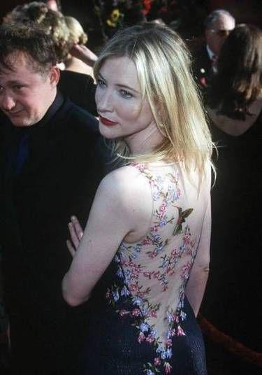 Cate Blanchett, cuja presença é sempre muito esperada no red carpet, marcou seu nome na história dos tapetes vermelhos do Oscar com esse Galliano, em 2009, com delicados bordados sobre transparência nas costas
