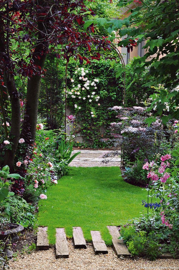 Les feuillages sombres (prunier et sureau pourpres) mettent en valeur les roses et les traverses forment un jeu graphique