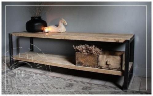 Maatwerk by puur & landelijk living fantastische combi tussen industrieel en landelijk dit tv meubel met mooi dit industrieel frame en een geborsteld vergrijsd eiken blad. Omdat we maatwek leveren