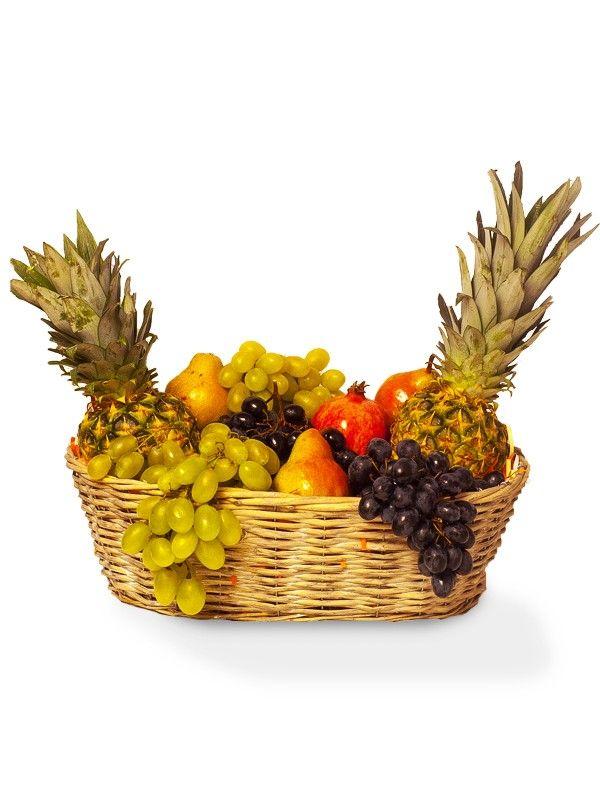 Cos deosebit, plin de fructe dintre care ananasul si strugurii sunt binenteles, prezenti.
