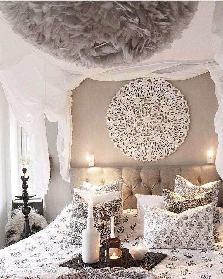 Marrokanische Nächte! In diesem einzigartigen Schlafzimmer sind orientalische Träume vorprogrammiert. Das sandfarbene Boxspringbett sorgt für maximalen Komfort und passt perfekt zum marrokanischen Interior! // Schlafzimmer Ideen Bett Kissen Leuchte Bettwäsche Wanddeko Kerzen #SchlafzimmerIdeen @modern.moroccan.decor