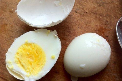 Чтобы свежее вареное яйцо легко чистилось