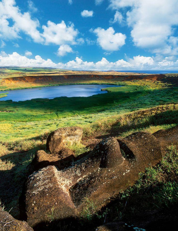 Isla de Pascua · National Geographic en español. · Grandes Viajes. Ranu Raraku  La cantera de este volcán reúne moáis en diferentes estados de construcción. Como en un museo a cielo abierto, algunos yacen cubiertos de hierba, otros están a medio hacer.
