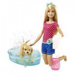 Barbie Bebek ve Köpekcik Banyo Keyfi DGY83  Barbie bebek köpeğini yıkıyor. Kızınız da Barbie bebeğine köpeğini yıkatsın.  Köpekler genelde su eğlencesine bayılır. Ve bu köpek kuyruğunu sallanıyor.    Barbie köpeğini bir küvete koyuyor, pembe şişesinden şampuanını döküyor ve yıkıyor.  http://www.karakterdukkani.com/barbie-ve-kopekcik-banyo-keyfi-dgy83