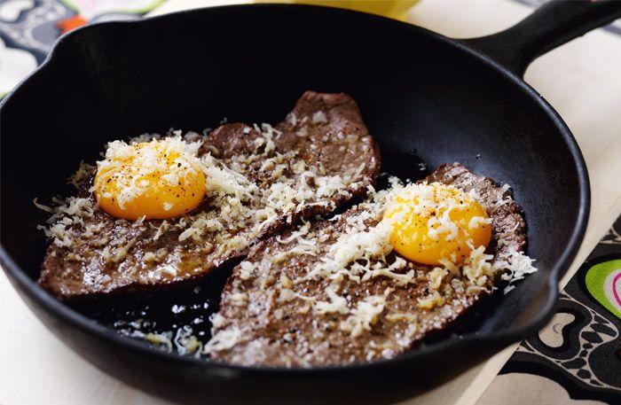 Recept på lövbiff med pepparrot och purjopotatis. Riv pepparroten direkt över rätten så den inte tappar i sting och smak. Servera på varma tallrikar.