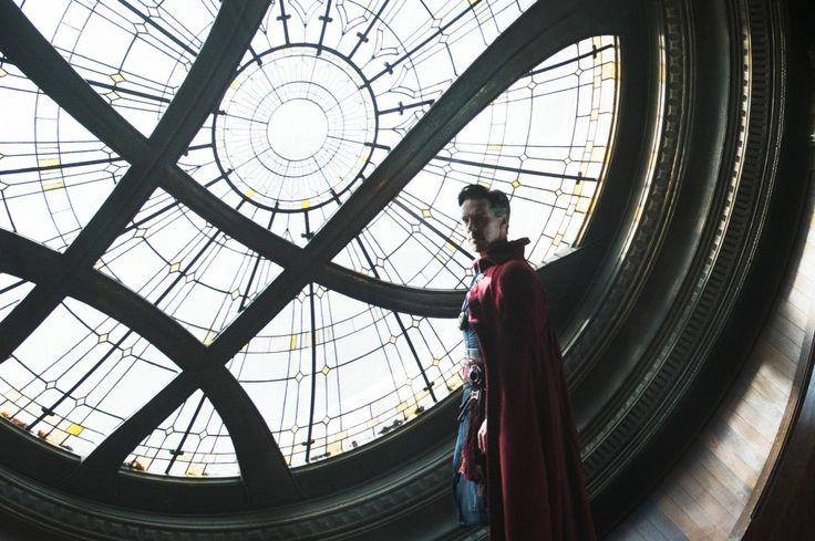 Сегодня в широкий прокат вышел фантастический блокбастер от Marvel «Доктор Стрэндж». Конечно, самые верные поклонники этой киновселенной уже посмотрели фильм в премиальных форматах (где за выходные в России и СНГ он собрал более 186 миллионов рублей), и с удовольствием делятся впечатлениями, ну а для тех, кто еще только собирается в кинотеатр, мы приоткроем завесу, что же представляет из себя наш новый герой.