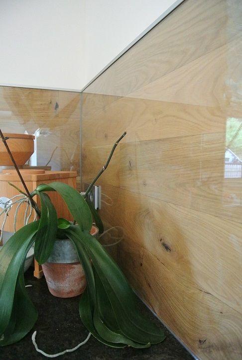 Bei dieser Küche wurde die Rückwand mit Parkett und anschließend mit Glas beklebt.