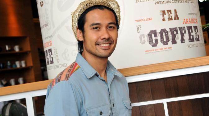 Di film Filosopi Kopi, Chiccho Jerikho berperan sebagai Ben, seorang barista yang sangat terkenal.