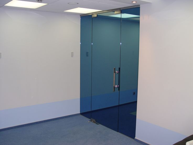 Стеклянная дверь, окрашенная в синий перламутр. Термоупрочнённое стекло более стойкое к механическим и температурным нагрузкам.