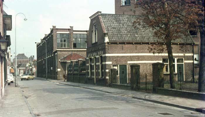1969. Boddenstraat met rechts de ververij en wasserij van Palthe.