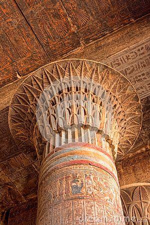 Capitel de una larga columna en Esna.