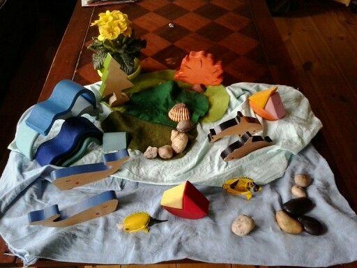 zomer seizoenstafel met de houten golf en de stapelbare bootjes van grimas en met wat dieren van cheekeyes. ( https://houtspel.nl/voertuigen/86-stapelbaar-zeilbootje-rood.html )