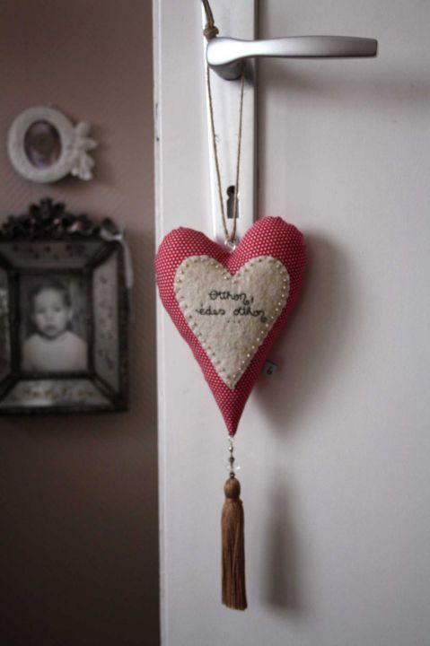Felt heart by http://www.breslo.hu/item/Otthon-edes-otthon-feliratos-sziv-fuggo_2823#