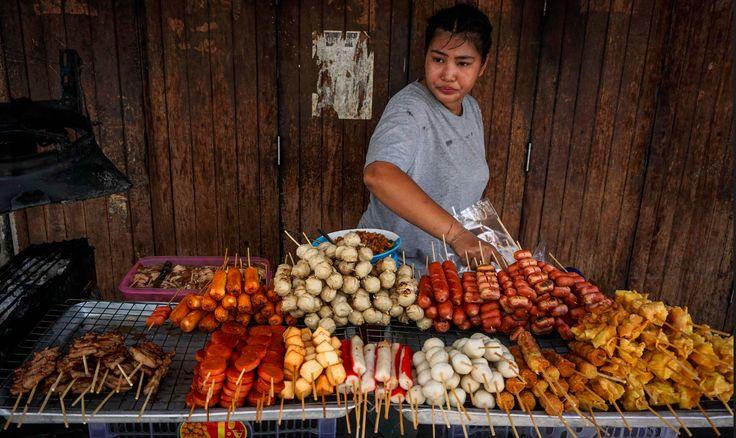 Bangkok - mekka street food'u, kolebka najlepszej ulicznej kuchni, może zostać pozbawiony tej turystycznej atrakcji. Władze postanowiły usunąć stragany z głównych ulic miasta. Jak się można domyślać, decyzja ta wywołała niemałe oburzenie - i to na całym świecie! http://exumag.com/street-food-zniknie-z-bangkoku/