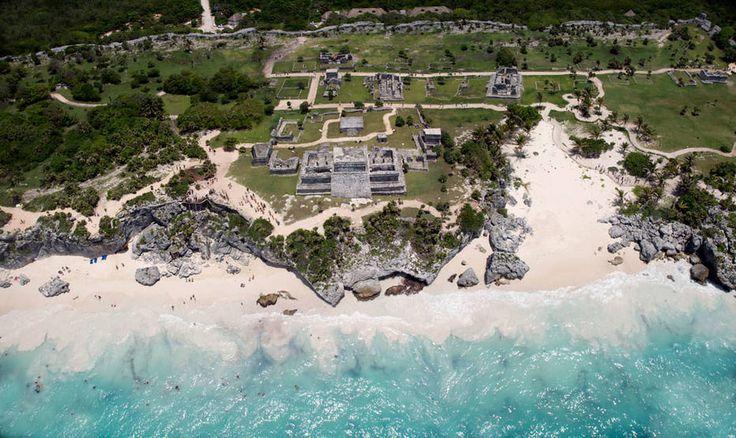 Um dos cartões-postais do México e o terceiro ponto turístico mais visitado do país, as ruínas de Tulumficam a 130 km de Cancún e 65 km de Playa del Carmen e funcionam bem como passeio de um dia a partir das duas cidades – todos os hotéis e pousadas indicam agências que levam a Tulum. Os tours custam desde US$ 60 por pessoa, ou US$ 130 para combinar Tulum e o parque ecológicoXel-Hano mesmo dia