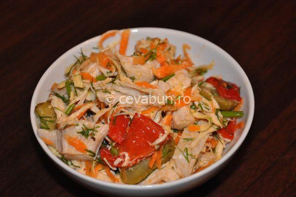 Salata turceasca de pui: cum se face. Reteta salata de pui cu muraturi si cruditati. Retete de salate si sandvisuri din resturi de friptura.