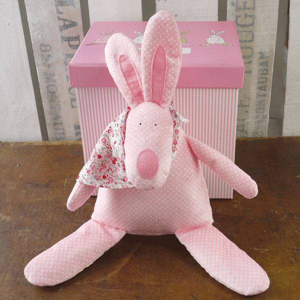 Rufus Rabbit Kosekanin med lyd Rosa. Herlig søt kosekanin. Hvordan ta vare på Rufus kosekanin: Lek med de knitrende ørene og føttene. Klem på den søte nesen så nyser den. Klem på den myke magen så ringer bjellen.