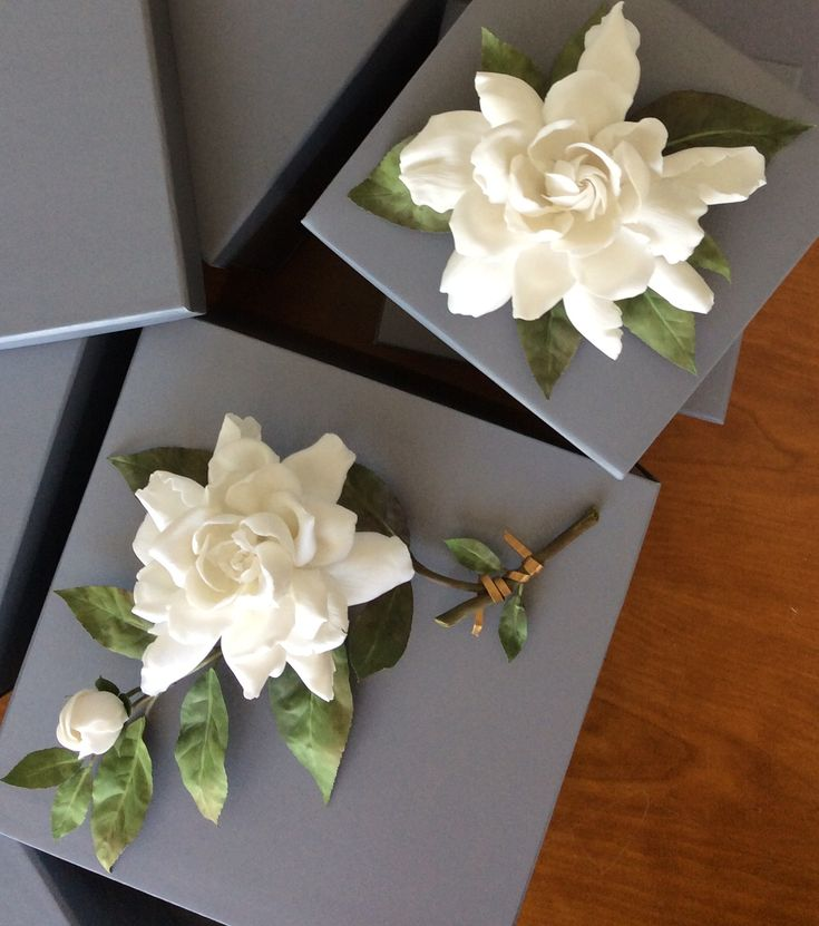 Gardenias de porcelana de Vladimir Kanevsky para Aerin, la nueva marca de Aerin Lauder. Edición limitada de venta en el Metropolitan Museum