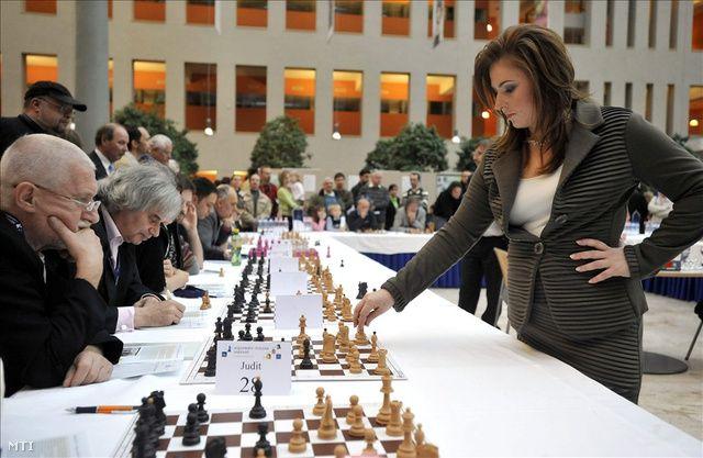 A sakkolimpia szünnapján jelentette be minden idők legjobb sakkozónője, hogy abbahagyja.