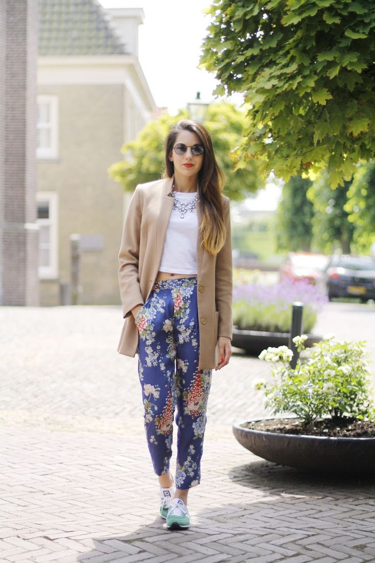 Coat H / Cropped top River Island / Trousers & Necklace Zara / Shoes New Balance / Sunnies Topshop