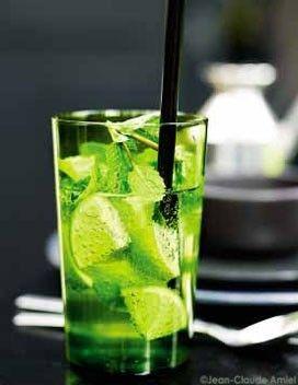 Mojito sans alcool // Eau gazeuse glacée - 5 citrons verts non traités - 1 bouquet de menthe - 4 cuil. à soupe de sucre de canne - 4 pailles Difficulté : Facile Temps total : 5 mn Lavez et pressez 4 citrons. Répartissez leur jus dans 4 verres. Lavez et découpez le dernier citron en 8 quartiers. Lavez, séchez et effeuillez la menthe (réservez 4 brins). Dans chaque verre, ajoutez 1 cuil. à soupe de sucre de canne et mettez 1/4 des feuilles de menthe. Écrasez longuement les feuilles dans le