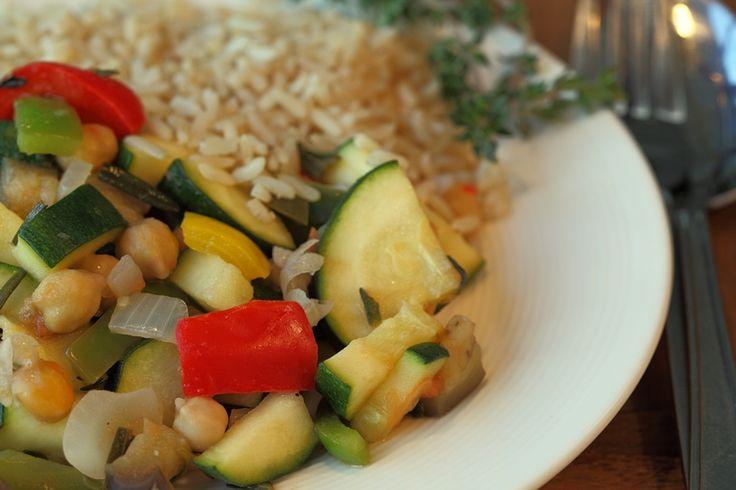 Ratatouille is zo'n gerecht dat van zichzelf meestal al plantaardig is. Ideaal! Van oorsprong is het een groentestoofpotje. Door er kikkererwten aan toe te voegen en rijst of couscous bij te serveren, wordt het een vullende avondmaaltijd.