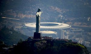 Vue aérienne de Christ la statue de Rédempteur placé sur Corcovado Colline et Mario Filho (Maracana) stade au Rio de Janeiro, le Brésil le 10 mai 2013. Le stade Maracana accueillera(hébergera) la Tasse(Coupe) de Confédérations upcomig en juin suivant, le Brésil 2014 FIFA la Coupe du monde et les Jeux olympiques 2016 D'été. PHOTO D'A.F.P./VANDERLEI ALMEIDA