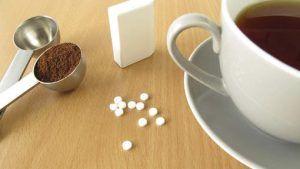 Kies je voor suiker of zoetjes? - Veel mensen gebruiken zoetjes omdat het minder calorieën oplevert. Het klinkt natuurlijk heel aannemelijk, maar wist je dat door zoetstoffen te gebruiken...