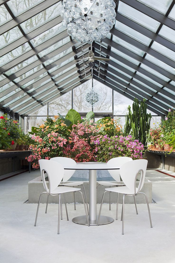 Look at this blooming greenhouse at the Alligator farm! Love the power of flowers & the STUA Globus chairs. THE HOUSE: www.stua.com/eng/hogares/alligator.html GLOBUS: www.stua.com/eng/coleccion/globus.html FURNITURE: www.dwr.com/stua