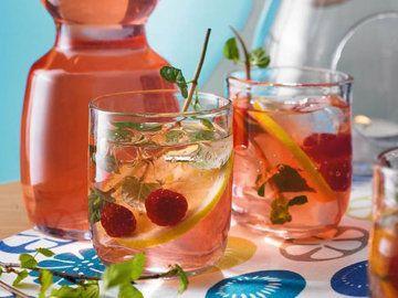 Айс ти - идеальный способ утолить жажду! Только готовьте напиток сами!  Напиток для всех в жару - для взрослых, детей, для желающих похудеть или сохранить фигуру. Обычно айс ти готовят из черного чая с сахаром и лимоном, но еще вкуснее рецепты с зеленым чаем, чаем улунг, фруктовым или травяным чаем, а вместо сахара можно использовать полезные продукты!